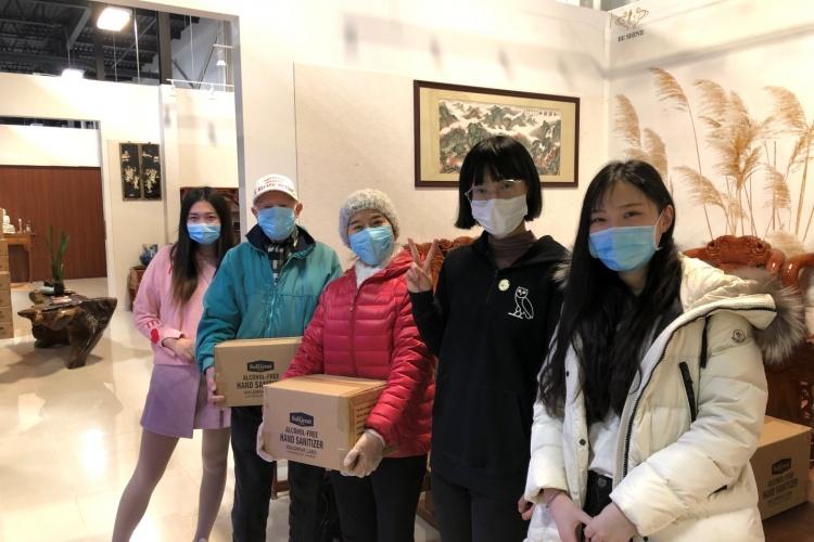 加拿大辽宁总商会会长徐宏楼向老年群体暖心捐赠百箱洗手液